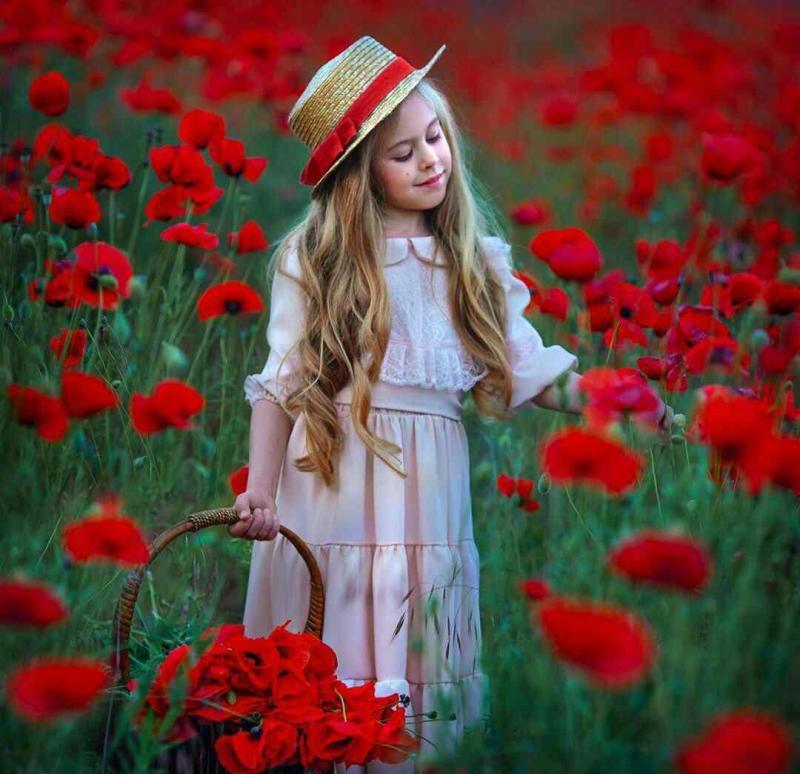 عکس پروفایل دختر بچه ای در باغ گل