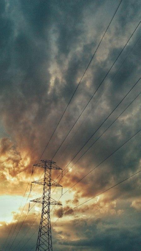 استوری سیم های برق در غروب آفتاب