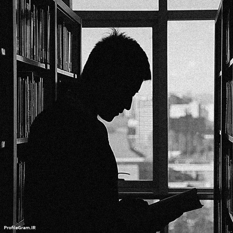 عکس پروفایل پسر در حال مطالعه سیاه سفید