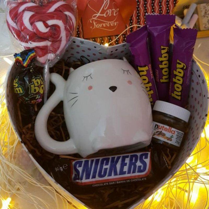 عکس پروفایل کادو با بسته بندی قلب و شکلات