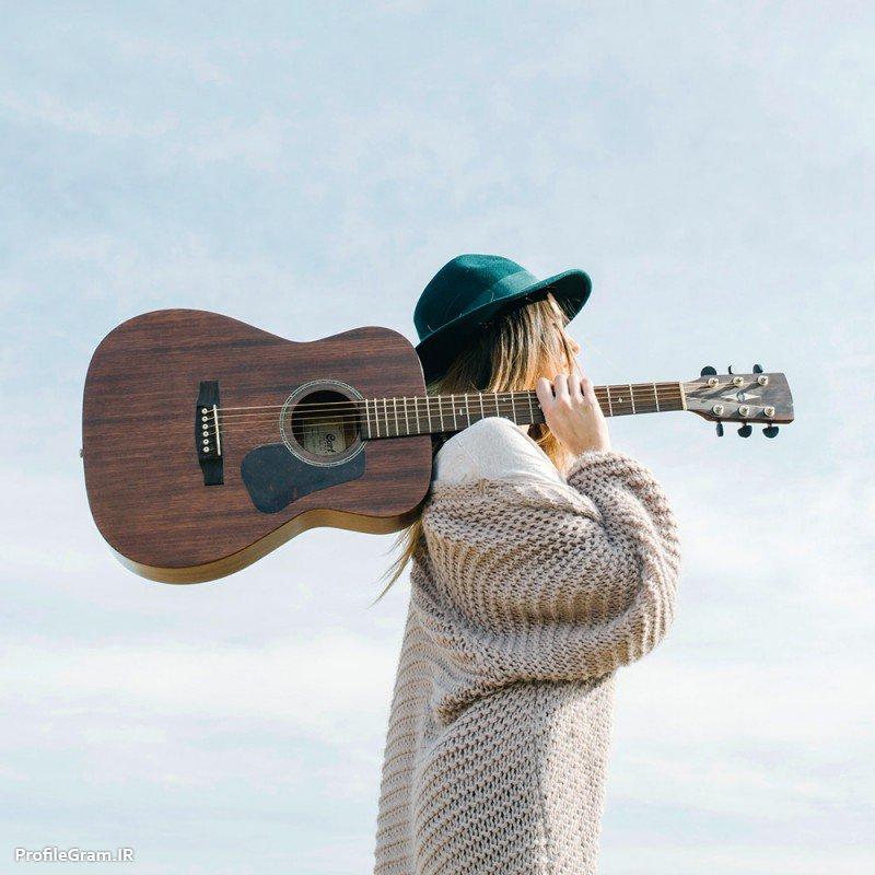 عکس پروفایل دختر تنها گیتار به دوش