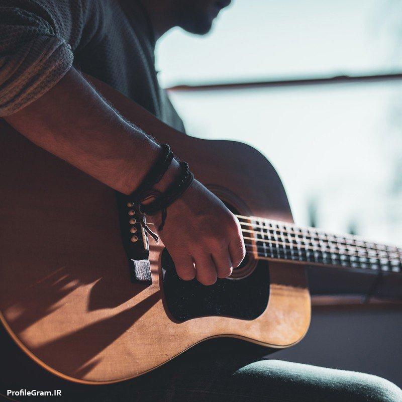 عکس پروفایل پسر در حال نواختن گیتار