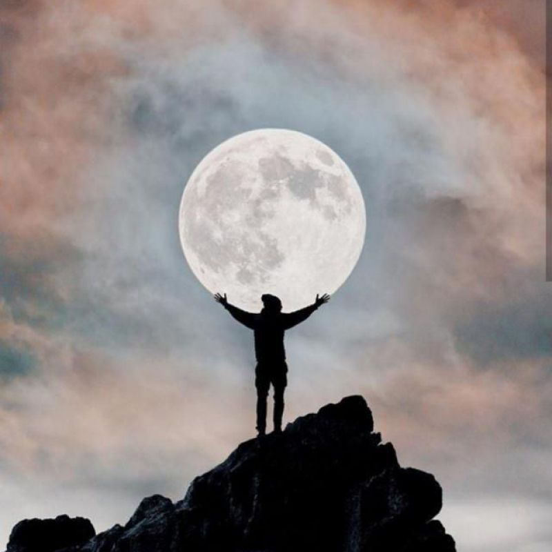 عکس پروفایل ماه زیبا و بزرگ در دستان من