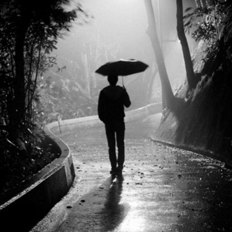 عکس پروفایل پسرونه غمگین تنها با چتر زیر بارون