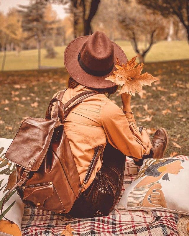 عکس پروفایل دختر تنها در طبیعت پاییزی زیبا