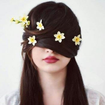 عکس پروفایل دختری با گل های نرگس