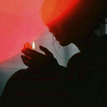 عکس پروفایل دختر و شمعی در تاریکی