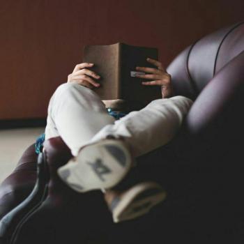 عکس پروفایل پسر کتاب خوان