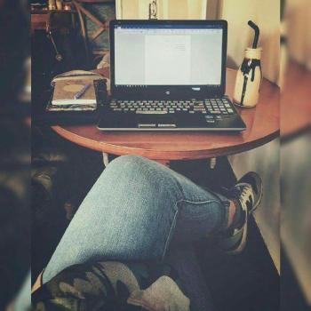 عکس پروفایل دختری در کافه