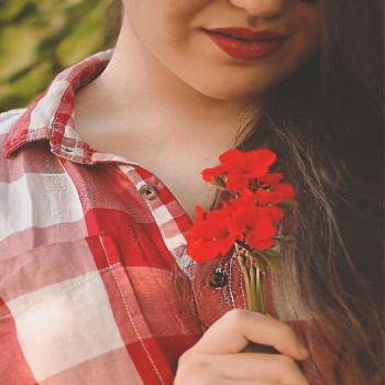 عکس پروفایل دخترک و گل شقایق