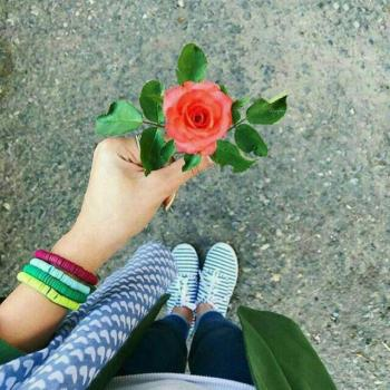 عکس پروفایل دختری گل در دست