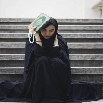 عکس پروفایل دختر قرآن به دست