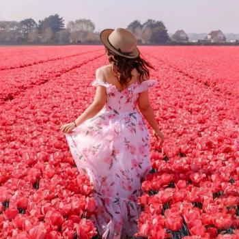 عکس پروفایل دختری میان گل های لاله