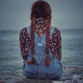 عکس پروفایل دختری تنها لب دریا