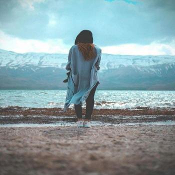 عکس پروفایل دختری تنها در لب دریا