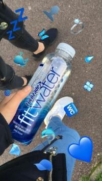 عکس استوری آب معدنی خارجی در دست