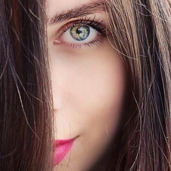 عکس پروفایل نگاه عاشقانه دختر چشم رنگی
