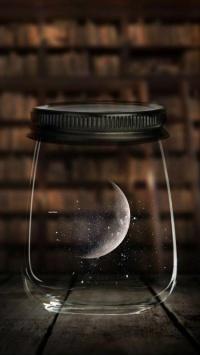 استوری ماه در محفظه شیشه ای