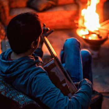 عکس پروفایل پسر عاشق در حال نواختن گیتار
