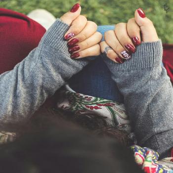 عکس پروفایل دختر با لاک قرمز مانیکور