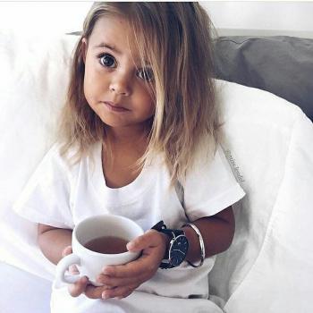 عکس پروفایل دختر بچه بامزه در حال خوردن چای