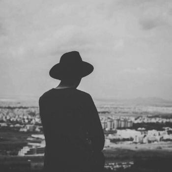 عکس پروفایل پسر تنها سیاه و سفید و نگاه به شهر