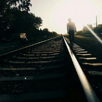 عکس پروفایل پسر تنها در حال قدم زدن روی ریل