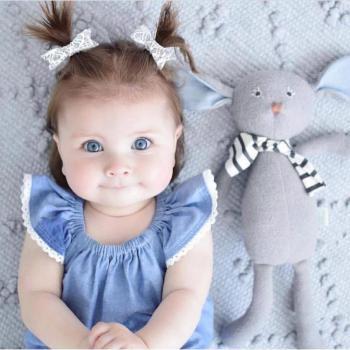 عکس پروفایل دختر کوچولو بامزه با عروسک
