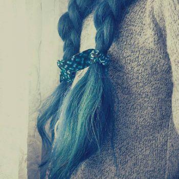 عکس پروفایل موی بافته دختر با روبان آبی