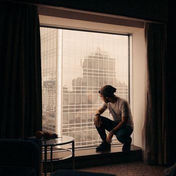 عکس پروفایل پسرونه شیک و خاص لب پنجره