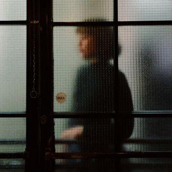 عکس پروفایل دختر پشت شیشه مات