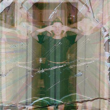 عکس پروفایل دختر سبزپوش پشت شیشه
