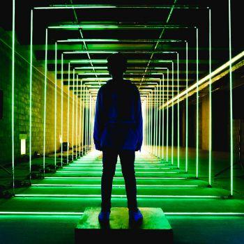 عکس پروفایل پسر نوجوان نئونی سبز
