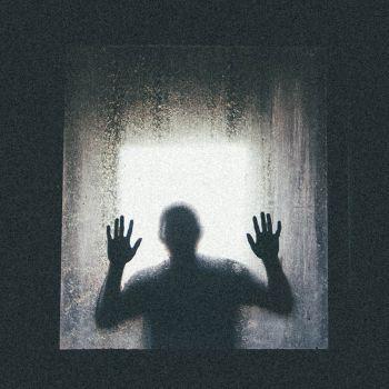 عکس پروفایل فرد ناشناس پشت شیشه