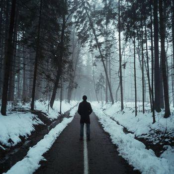 عکس پروفایل مرد تنها در جاده برفی