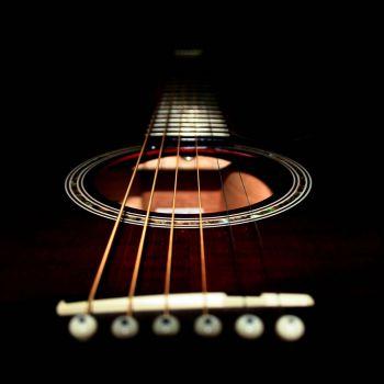 عکس پروفایل سیم های گیتار در نور و تاریکی