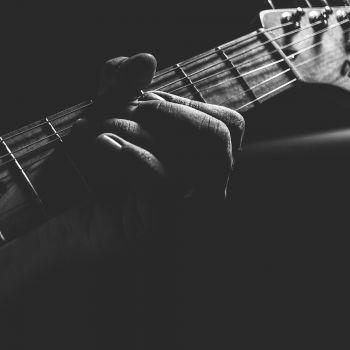 عکس پروفایل آکورد گرفتن گیتار سیاه تاریک