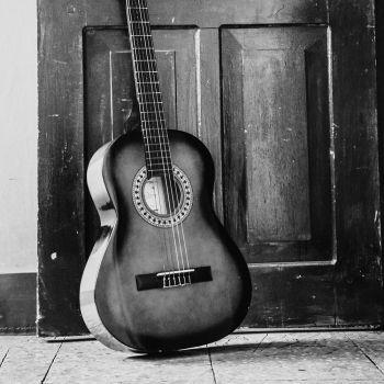 عکس پروفایل گیتار کنار درب سیاه سفید
