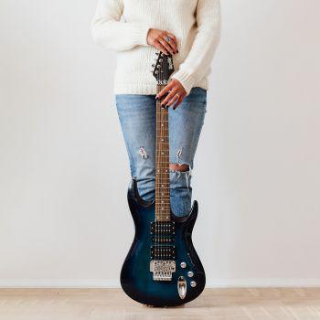 عکس پروفایل گیتار الکتریک سرمه ای ایستاده در کنار دختر