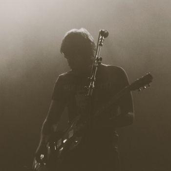 عکس پروفایل اجرای گیتاریست در مه