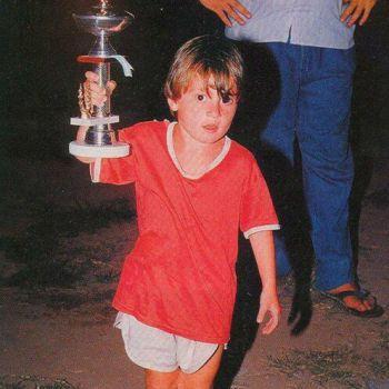 عکس پروفایل دوران کودکی مسی با جام قهرمانی