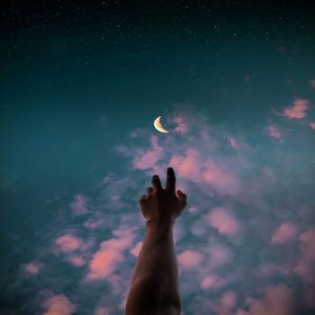 عکس پروفایل هنری دست به سوی ماه در شب
