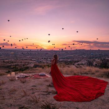 عکس پروفایل بدون متن دختر عاشق تنها سرخ پوش