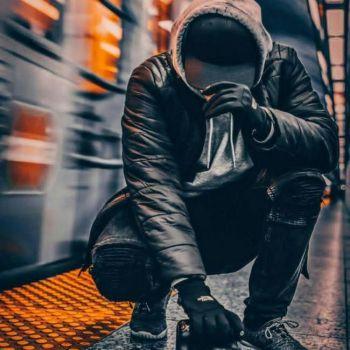 عکس پروفایل پسرونه گنگ خفن در ایستگاه مترو