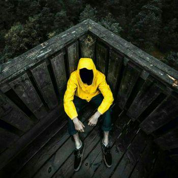 عکس پروفایل پسر تنها زرد پوش ناشناس